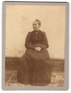 Fotografie unbekannter Fotograf und Ort, Portrait ältere Dame im eleganten Kleid auf Stuhl sitzend