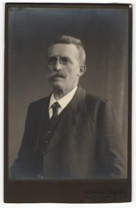 Fotografie Max Hoffmann, Braunschweig, Portrait bürgerlicher Herr im Anzug mit Schnauzbart und Zwicker
