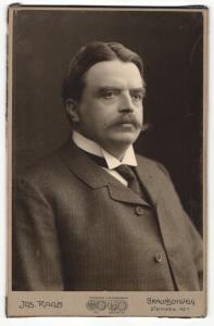 Fotografie Jos. Raab, Braunschweig, Portrait bürgerlicher Herr im Anzug mit Krawatte und Schnauzbart