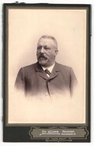 Fotografie Ed. Kühne, Helmstedt, Portrait bürgerlicher Herr im Anzug mit Fliege und Bart