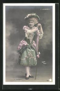 Foto-AK Walery, Paris: C. Henri in grünem Kostüm mit rosa Rosen und Hut auf Stab gelehnt