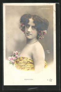 Foto-AK Walery, Paris: Desroches im trägerlosen Kleid mit Blumen, Moulin-Rouge