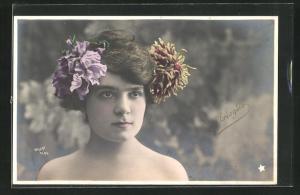 Foto-AK Walery, Paris: Prioglio mit Blumen im Haar