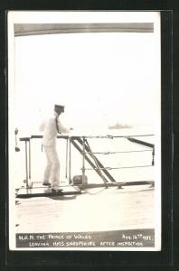 Foto-AK H.R.M. The Prince of Wales leaving HMS Shropshire after Inspection