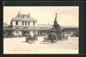 AK Vichy, La Place de la Gare, Bahnhof