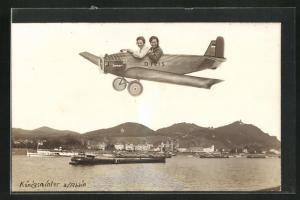 Foto-AK Königswinter a / Rhein, Studiokulisse mit zwei Frauen im Flugzeug