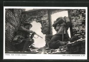 AK Britische Soldaten schiessen aus einem Haus heraus, Welsh Guards