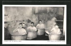 AK Men of the Dorsetshire County Regiment enjoy a hot bath, Britische Soldaten nehmen ein Bad