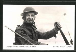 AK British soldier is controlling a winch, britischer Soldat