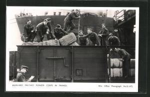 AK Auxiliary Military Pioneer Corps in France, britische Soldaten beim Verladen