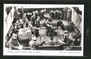 AK Auxiliary Military Pioneer Corps in France, britische Soldaten beladen ein Schiff