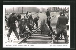 AK Auxiliary Military Pioneer Corps in France, britische Soldaten bauen Schienen