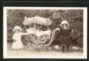 Foto-AK Mädchen mit geschmücktem Kinderwagen