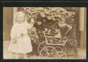 Foto-AK Niedliches blondes Mädchen mit Puppenwagen
