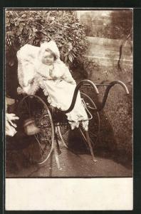 Foto-AK Kleinkind in Winterkleidung in Kinderwagen