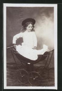 Foto-AK Kleines Mädchen mit Puppenwagen