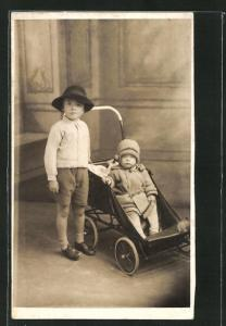 Foto-AK Bub und Kleinkind in Kinderwagen
