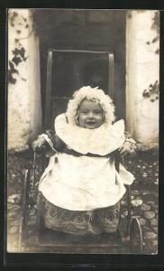 Foto-AK Schmunzelnder Säugling in Kinderwagen