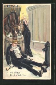 Präge-AK Pferd knabbert einem Betrunkenen im Stall am Haar