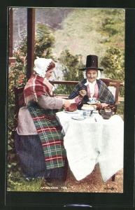 Künstler-AK Welsh Woman at Afternoon tea, Waliserinnen in Trachtenkleidern
