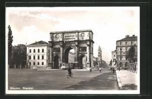 AK München, Siegestor mit Strassenbahn und Radfahrer