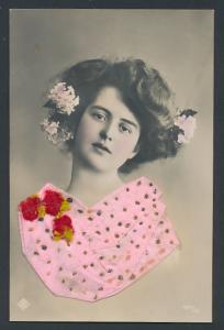 AK mit Textil-Applikation, Junge Dame mit Blumen im Haar