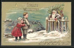 Präge-AK Kinder sehen den Weihnachtsmann mit Geschenken, Weihnachtsgruss