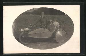 Passepartout-Foto-AK Mann mit Frau und Kind auf einem Motorrad
