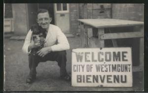Foto-AK Westmount, Kniender Mann mit Hund und Schild