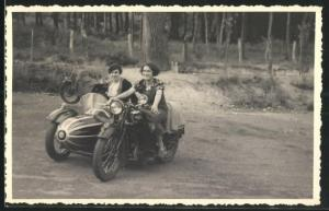 Foto-AK Motorrad Triumph T W N mit Fahrerin und Beifahrerin