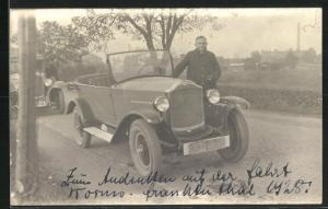 Foto-AK Mann vor einem Opel