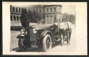 Foto-AK Zwei Männer in Tracht mit einem Benz
