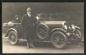 Foto-AK Mann im Mantel und Frau mit einem Auto