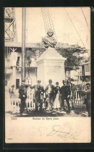 AK Suez, Avenue de Terre plain, Homme devant Monument