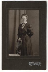 Fotografie Martin Herzfeld, Dresden, Portrait elegant gekleidete Dame an Stuhl gelehnt