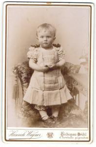 Fotografie Heinrich Wagner, Zschopau-Brühl, Portrait hübsch gekleidetes Mädchen auf Stuhl stehend