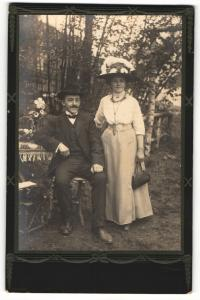 Fotografie C. Axtmann, unbekannter Ort, Portrait bürgerliches Paar in modischer Kleidung