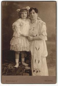 Fotografie Sig. Bing, Wien, Portrait Dame und Mädchen in festlicher Kleidung