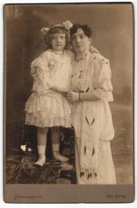 Fotografie Sig. Bing, Wien, Portrait kleines Mädchen und Dame in festlicher Kleidung