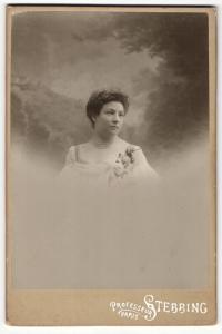 Fotografie Professeur Stebbing, Paris, Portrait elegant gekleidete Dame mit Ansteckblumen