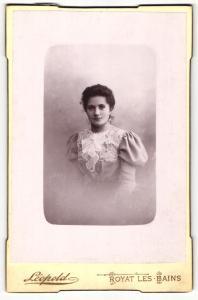 Fotografie Lepold, Royat-les-Bains, Portrait junge Dame im eleganten Kleid mit Puffärmeln