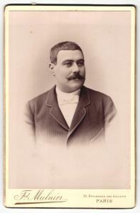 Fotografie Frd. Mulnier, Paris, Portrait bürgerlicher Herr im Anzug mit Schnauzbart und Fliege