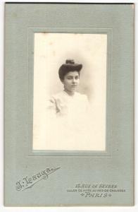 Fotografie L. Lauga, Paris, Portrait hübsch gekleidete Dame mit Dutt