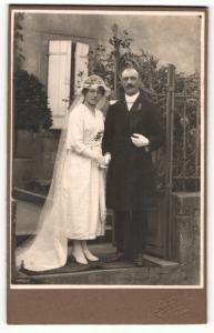 Fotografie Gebr. Notton, Metz, Portrait bürgerliches Paar in Hochzeitskleidung mit Schleier