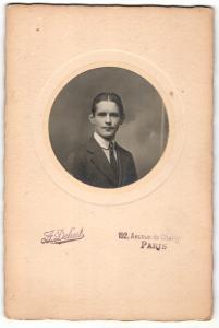 Fotografie J. Z. Dehut, Paris, Portrait junger Herr im Anzug mit Krawatte
