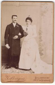 Fotografie G. Bourgeois, Billancourt, Portrait bürgerliches Paar in Hochzeitskleidung mit Schleppe und Misteln