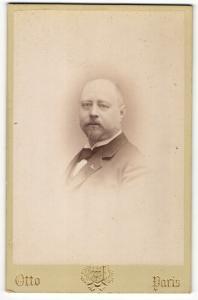Fotografie Otto, Paris, Portrait bürgerlicher Herr im Anzug mit Bart und Fliege