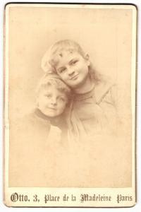 Fotografie Otto, Paris, Portrait zwei kleine Mädchen in modischer Kleidung mit Haarschleife
