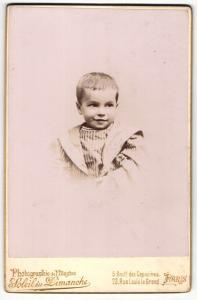 Fotografie Soleil du Dimanche, Paris, Portrait hübsch gekleidetes Kind mit kurzen Haaren