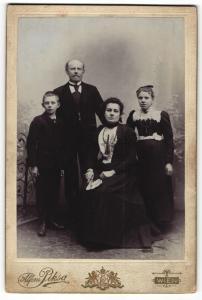 Fotografie Alfons Piksa, Wien, Portrait bürgerliche Familie mit zwei Kindern in eleganter Kleidung mit Fächer